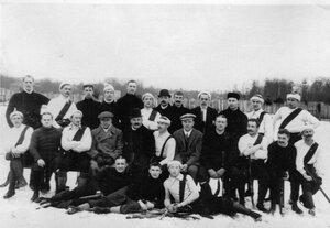 Участники соревнования на кубок Лиги хоккеистов на катке кружка любителей спорта на Крестовском острове между английской командой Нева и русской командой Нарва.Победа за командой Нарва. 28 февраля 1910