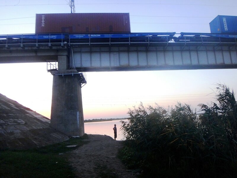 Вечер, у реки... Идут поезда... 08. 01. Фото из велокольца. Ахтари-Староминская-Бейсугский пролив (47).JPG