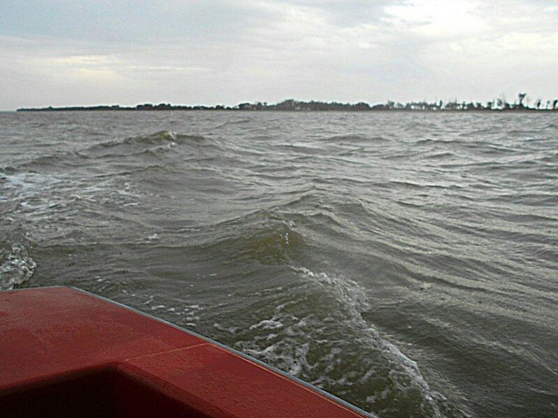 Ветер сильный, идём по попутным волнам, рыскаем ... DSCN4789.JPG