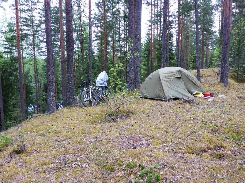 ночевка в палатке на холме над озером зеленым на лужском полигоне