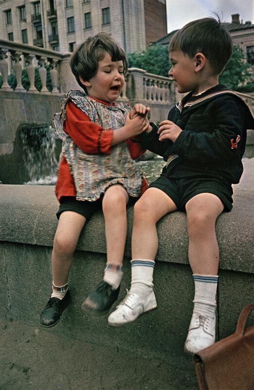 648873 У фонтана на Советской площади. С.Фридлянд 40-е.jpg
