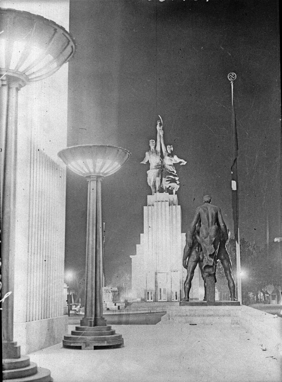 Ночной вид павильонов СССР и Германии (6 июня 1937)
