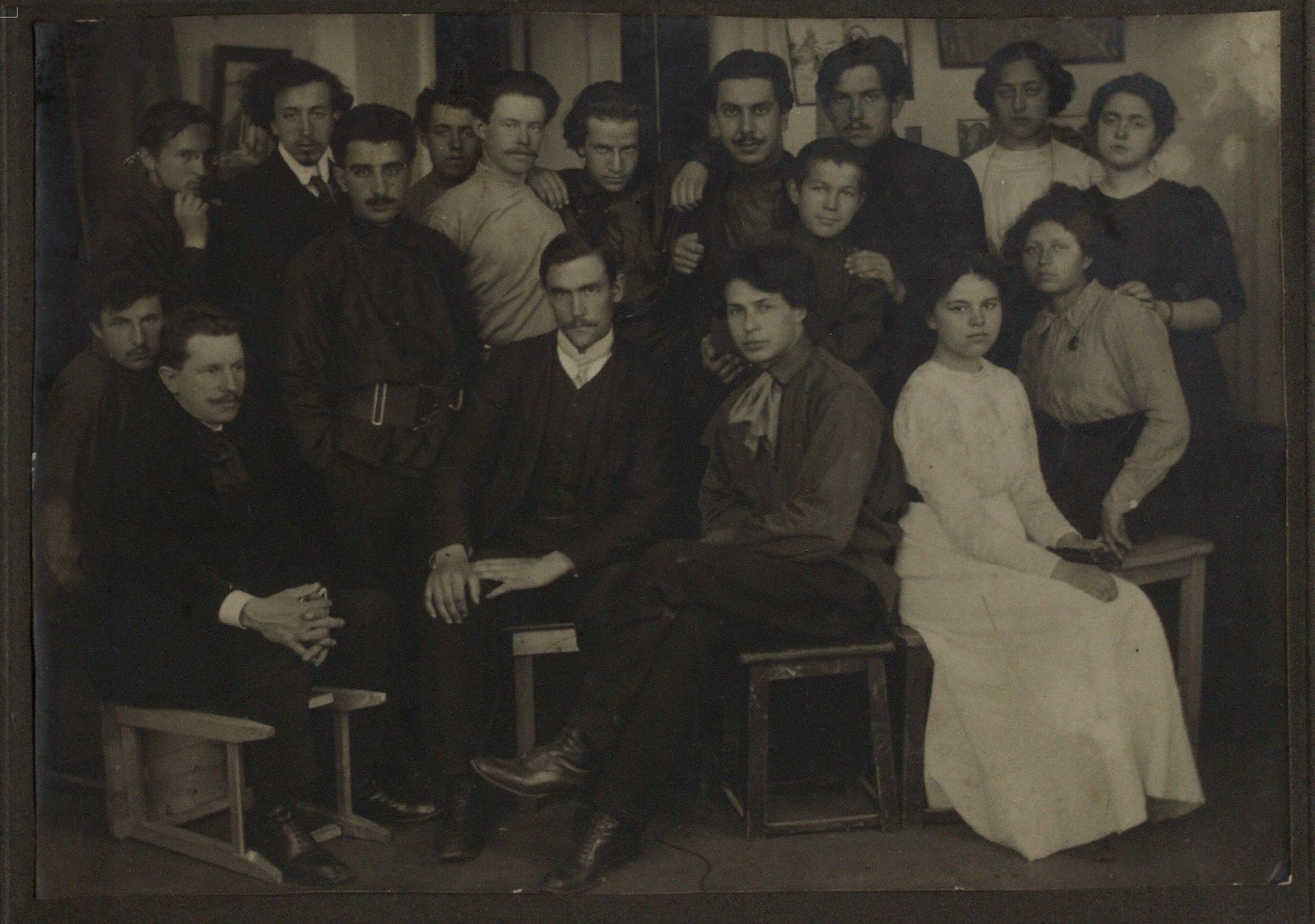1910. В.В. Маяковский с группой учащихся студии П.И. Келина на встрече у А.Н. Енгалычевой. Москва