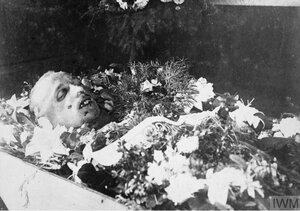 1918. Тело подполковника Ушакова, зверски замученного  красноармейцами вместе со своим адъютантом-сербом 4-го сентября 1918 на ст. Мысовой. Канск