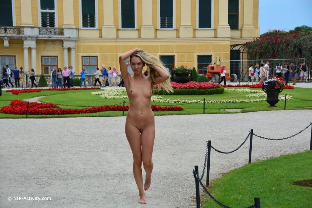 Foxie разделась и прогулялась по Вене