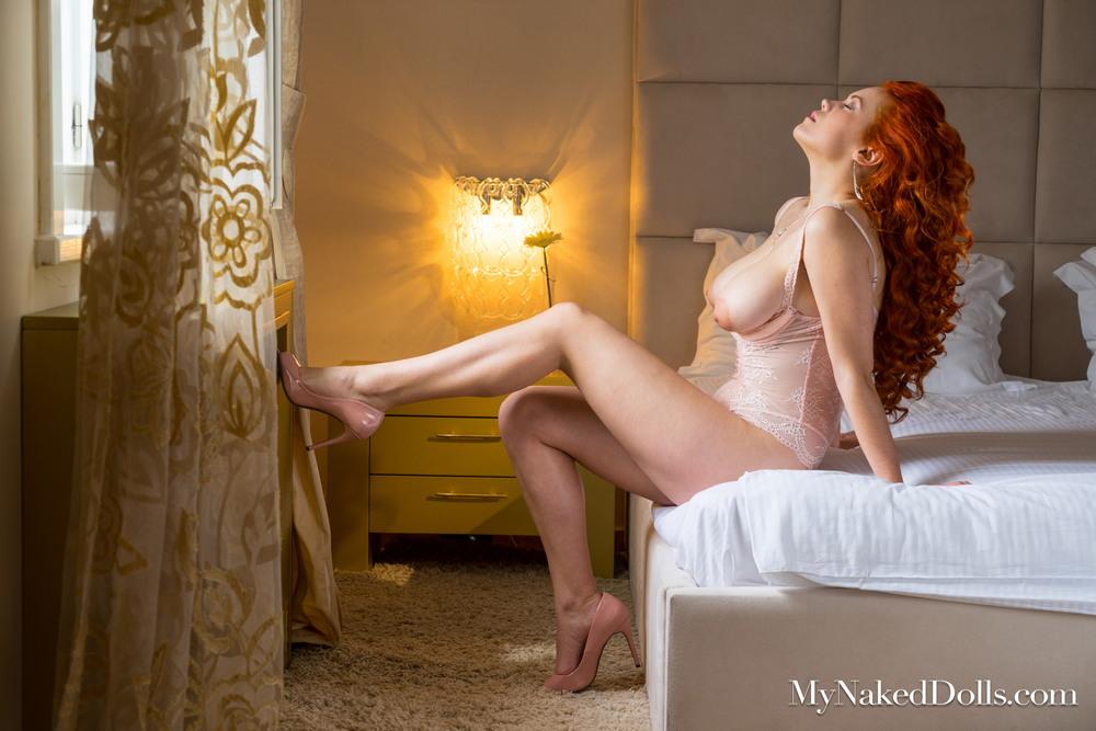 Рыжеволосая Lillith von Titz в спальне