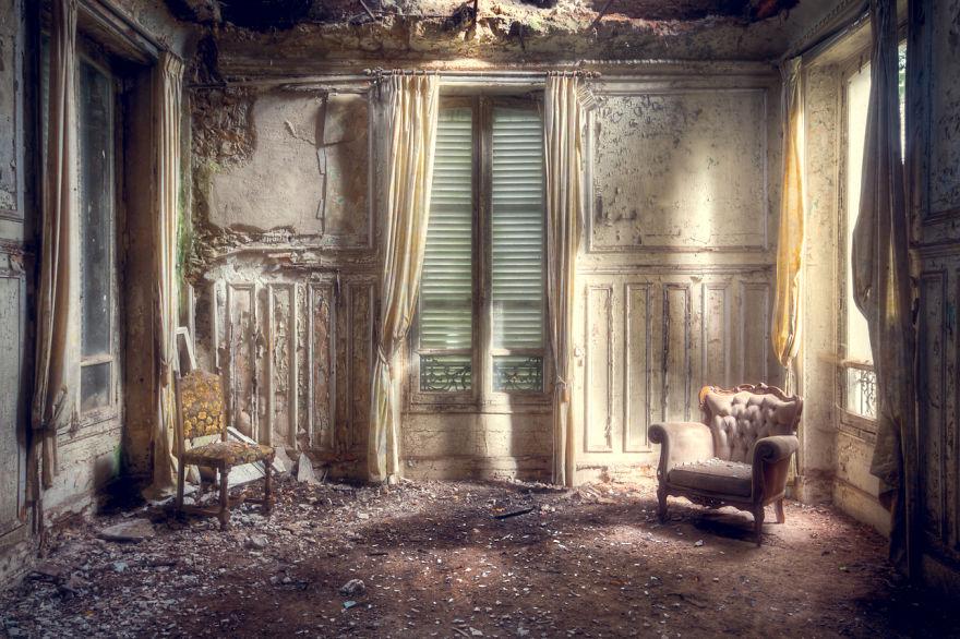 Покинутая комната с креслами.