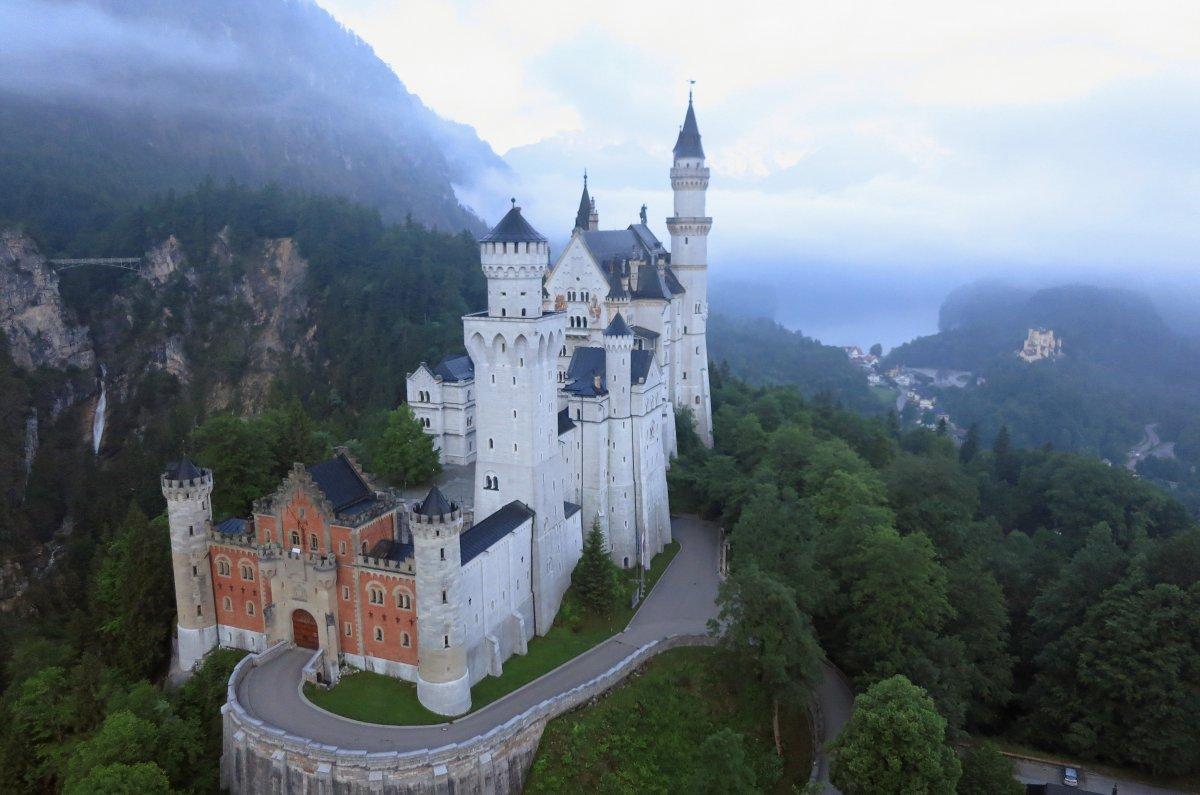 Замок Нойшванштайн в немецкой Баварии. Считается, что именно он вдохновил Уолта Диснея на создание з