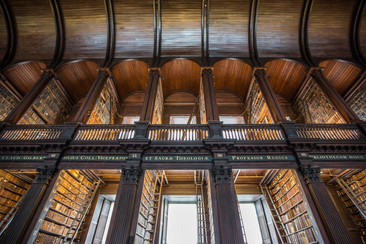 Великолепная библиотека университета, где есть секция под названием «Длинная комната».