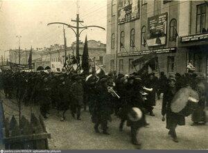 Праздничное шествие по улице  Ленина.