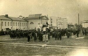 Трудящиеся города, участники демонстрации, посвященной 15-й годовщине Октября, собравшиеся на Заимке у одного из корпусов университета. 1932 г.