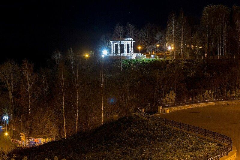 Набережная ротонда в Александровском саду города Кирова ночью, подсвеченная огнями иллюминации