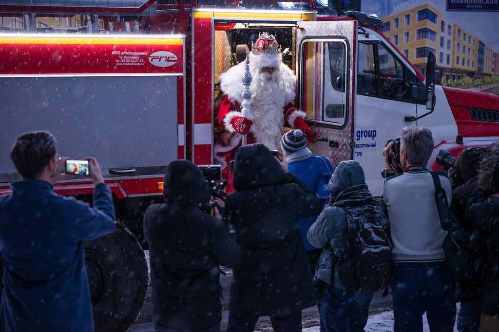 Дед Мороз–то настоящий! К нам идёт, вот это да!