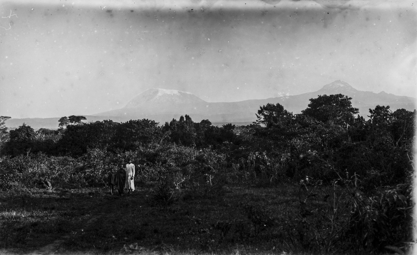 99. Вид на Килиманджаро в облаках