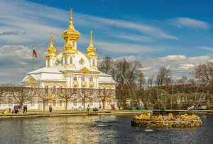 у Петропавловской дворцовой церкви
