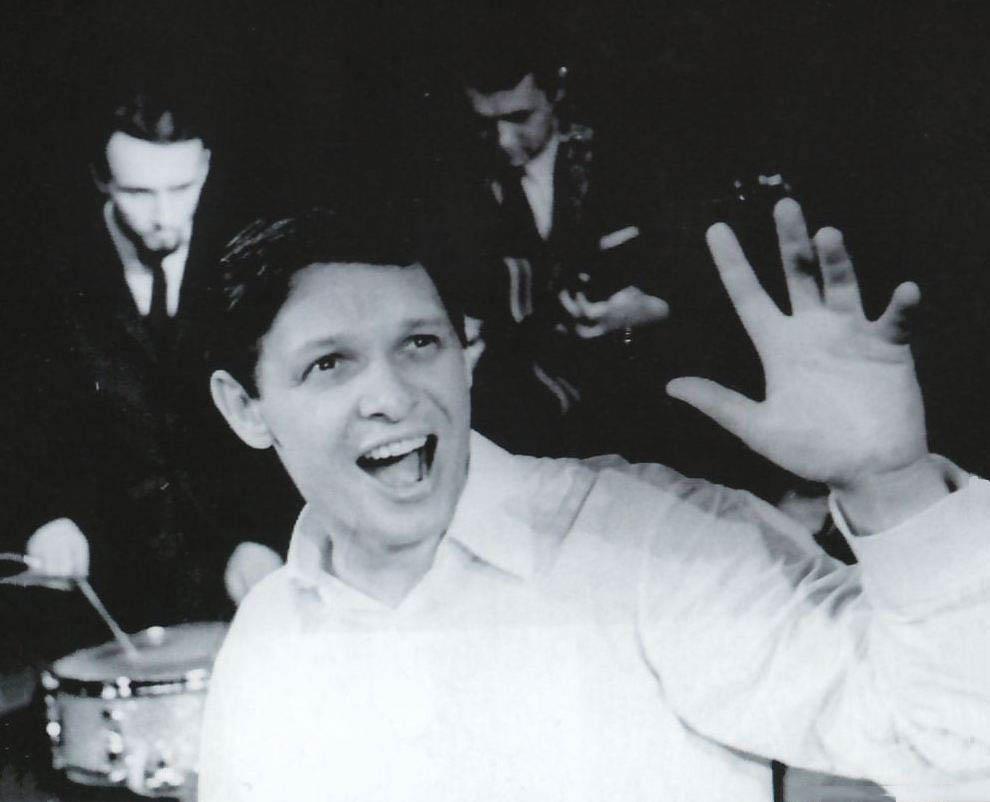 Уже в 1962 году Эдуард Хиль впервые выступил с эстрадным репертуаром на московской сцене, где молодо