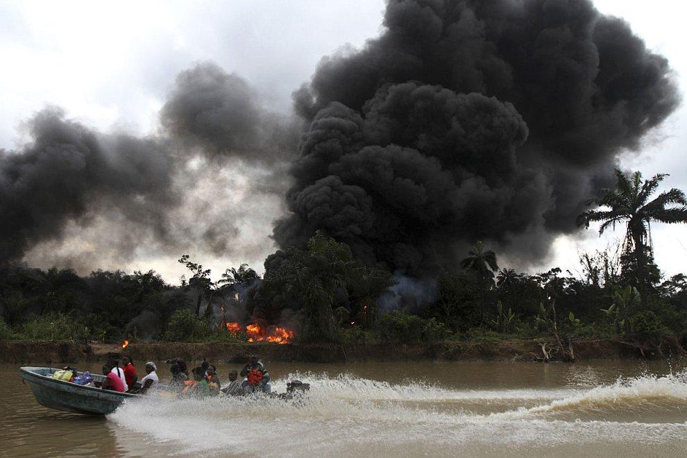 Молодая женщина рыбачит на реки Нун, потом продает ее, 27 ноября 2012. Наверное, этот продукт