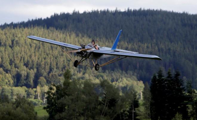 Чех смастерил самолет и летает на нем на работу (14 фото)