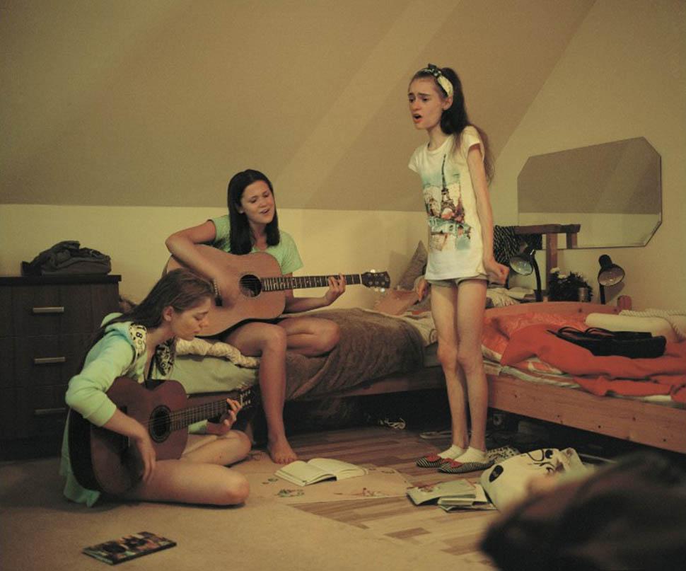 Агата и Виктория играют на гитарах, а Аня поет. Все трое — большие поклонницы певицы Деми Ловато, ко