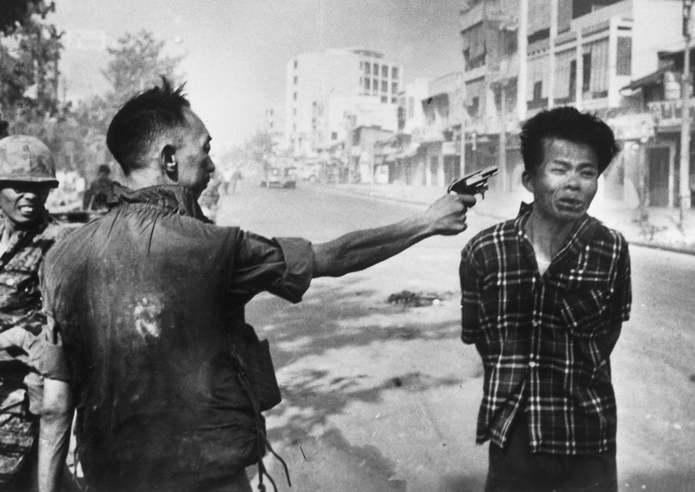 Генерал национальной полиции Южного Вьетнама Нгуен Нгок Лоан (Nguyen Ngoc Loan) расстреливает предпо