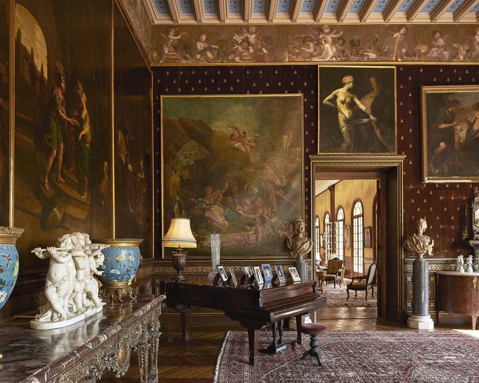 Гостиная на первом этаже напоминает о прежних хозяевах этого дома, особенно, о Леопольде II,