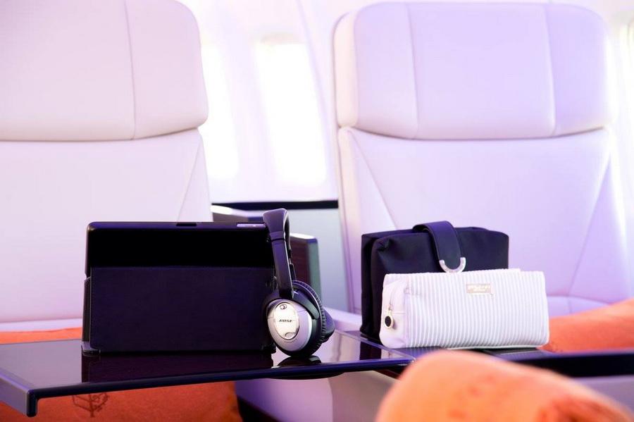 Модернизированное воздушное судно оснащено кожаными креслами ручной работы с планшетами и Wi-Fi.