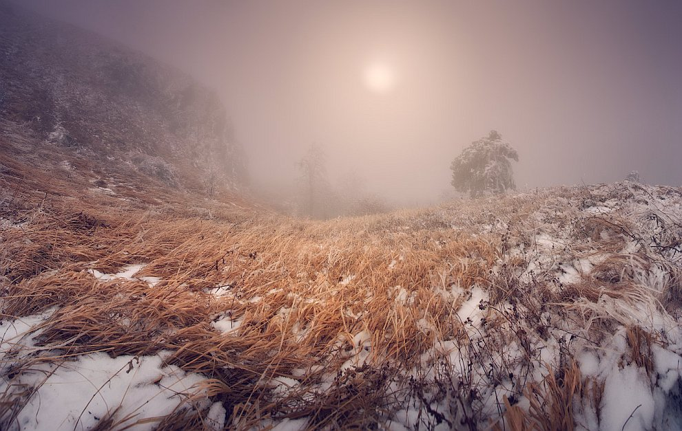 Снег на верхах Крыма обычно так образуется: налетает туманная туча с сильными порывами ветра и конде
