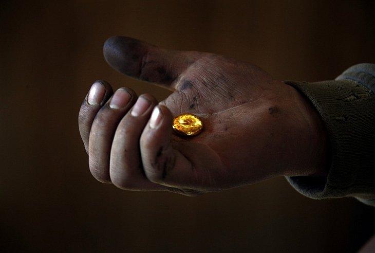 """Как добывают золото в Монголии: """"черные копатели"""" (22 фото)"""