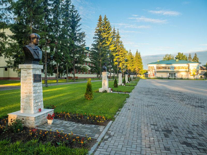 Здесь много памятников героям ВОВ.