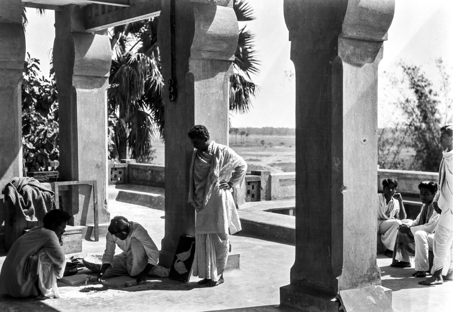 1326. Студенты во время занятий на факультете искусств в университете Висва-Бхарати