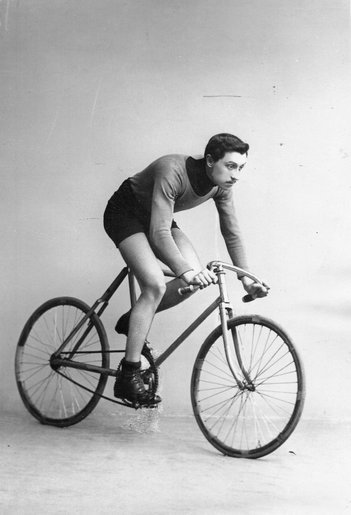 Участник велогонок Павлов на велосипеде