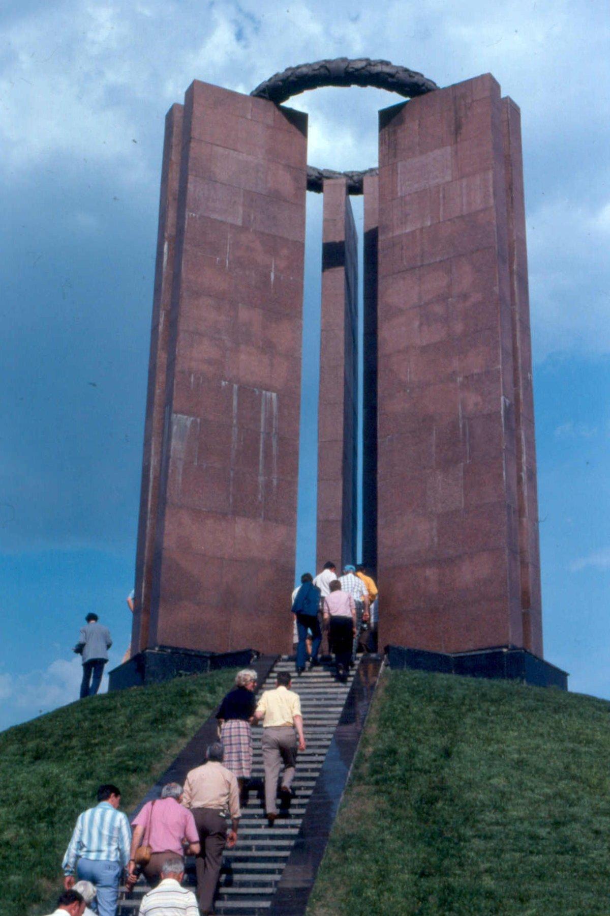 08. Памятник жертвам фашизма недалеко от Дворца Культуры имени Ленина