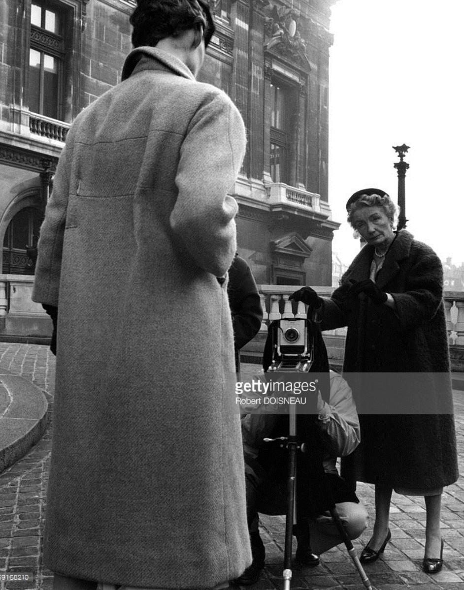1953. Ричард Аведон во время съемок с редактором  американского издания Harper's Bazaar Кармел Сноу