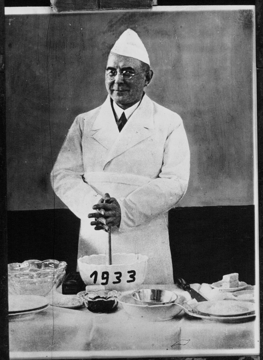1932. Шеф-повар готовит пудинг для новогоднего праздника. Париж