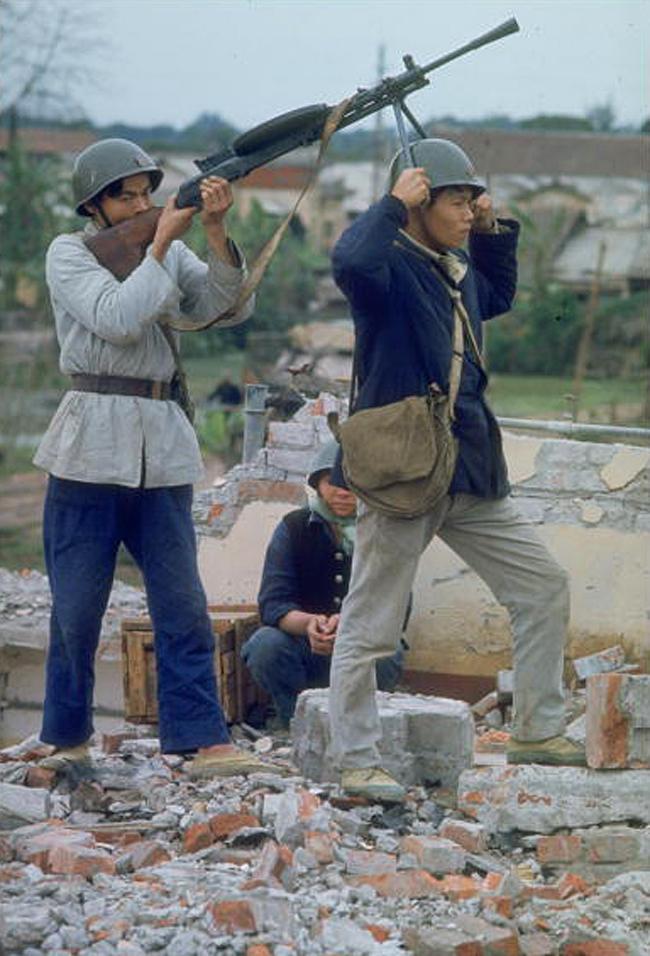 Противовоздушная оборона во время разведывательного рейда на территории уже сильно разбомбленной фабрики