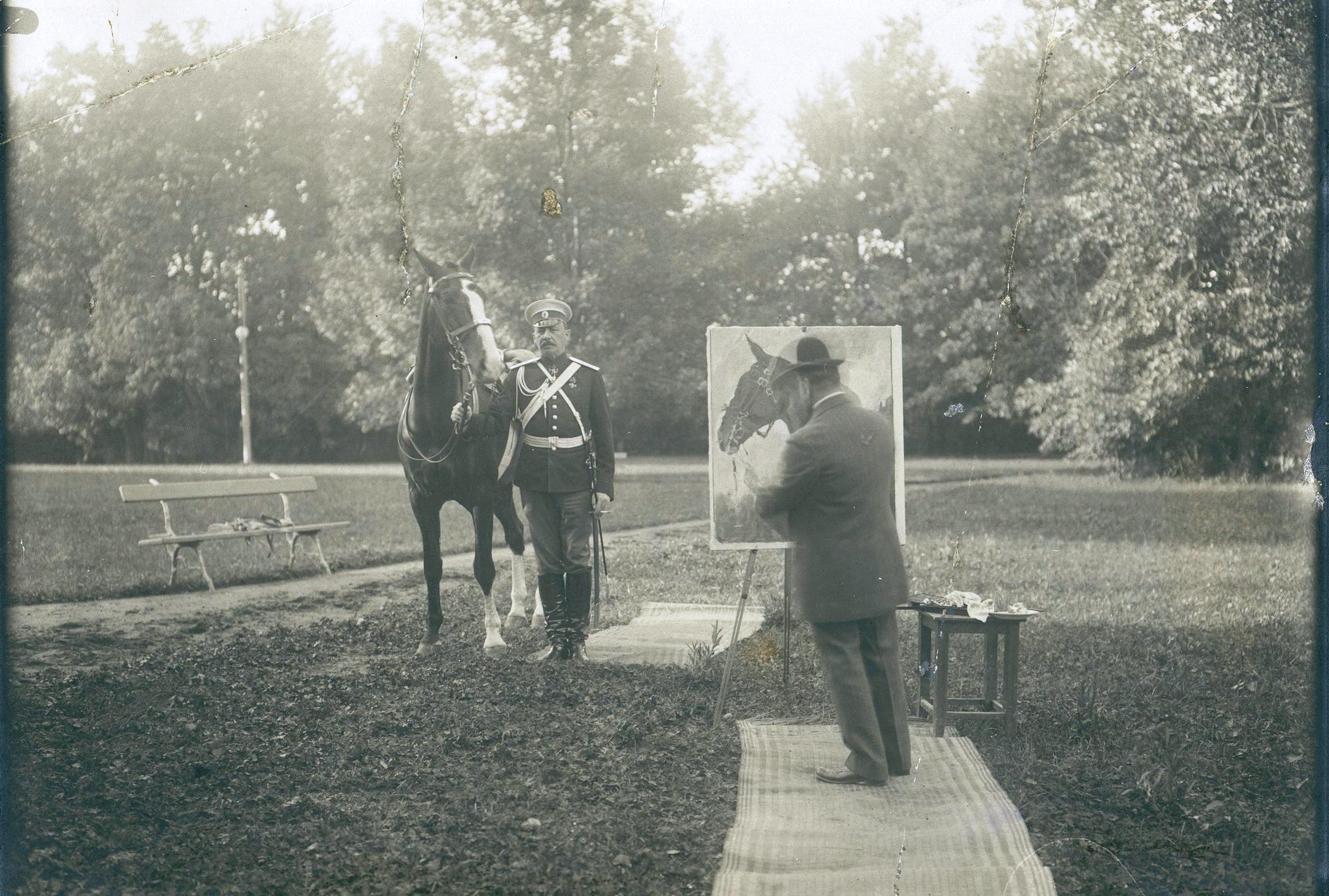Князь Ф.Ф. Юсупов граф Сумароков-Эльстон позирует художнику В. Серову для портрета с арабской лошадью.1909
