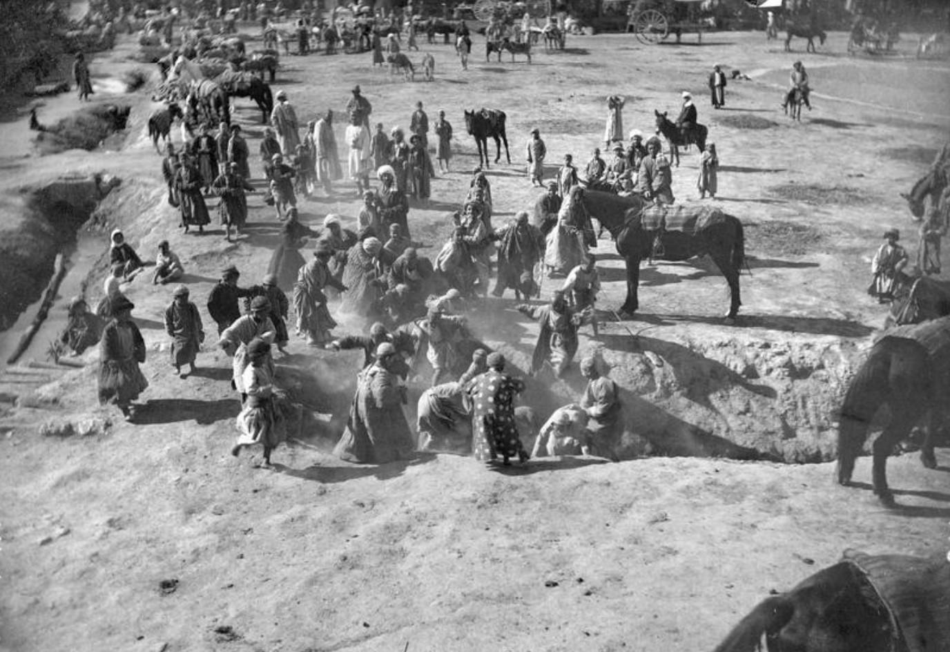 В грязных арыках у мавзолея Биби-ханым