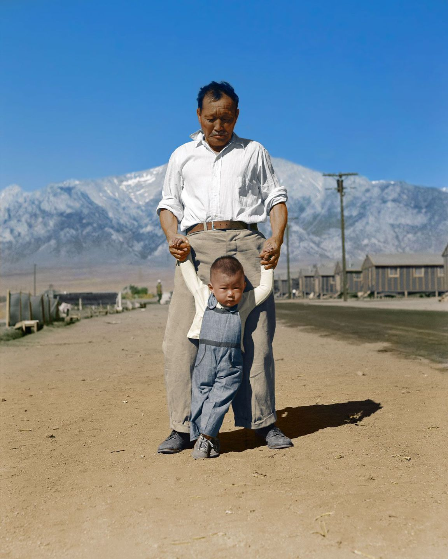 1942. Американец японского происхождения учит своего внука ходить в лагере для перемещенных лиц в Калифорнии