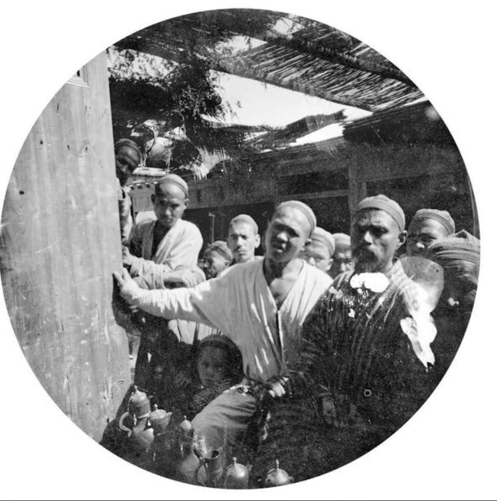 Группа людей у входа на базар