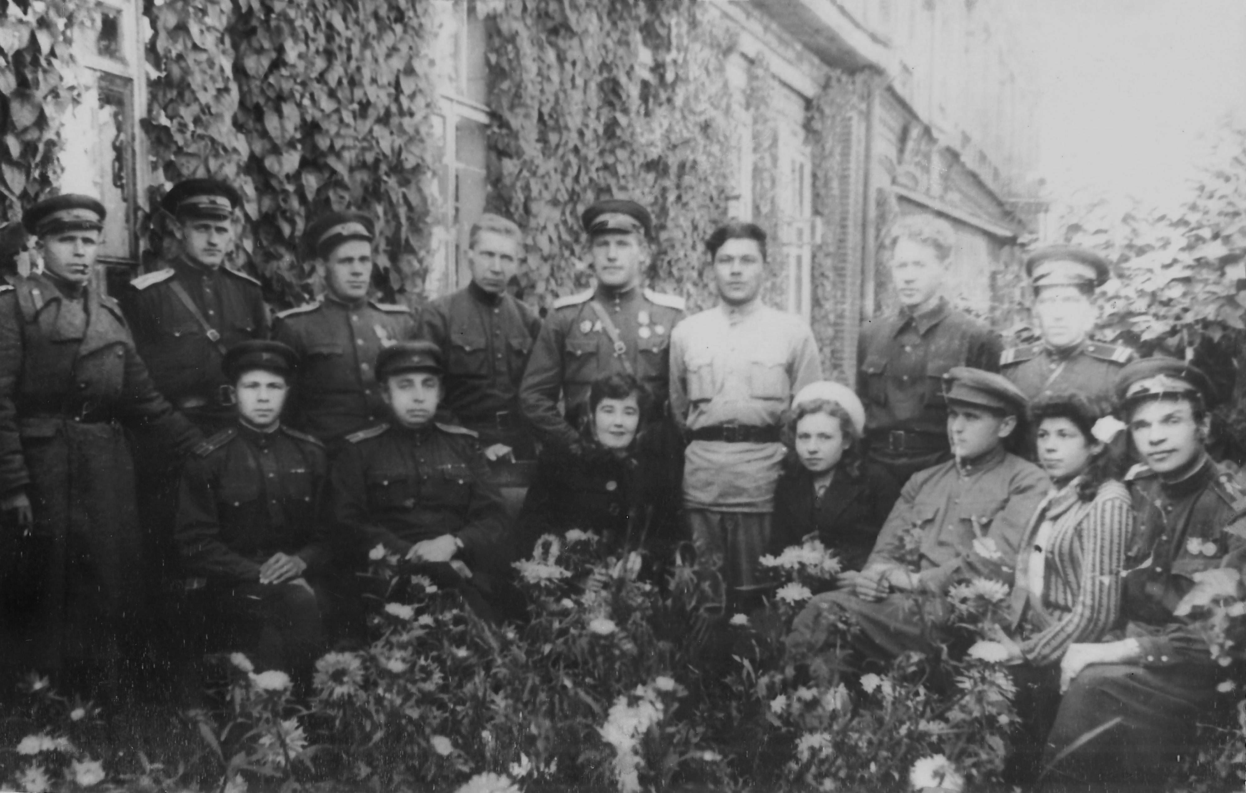 1946. Сотрудники Тарской милиции возле райотдела
