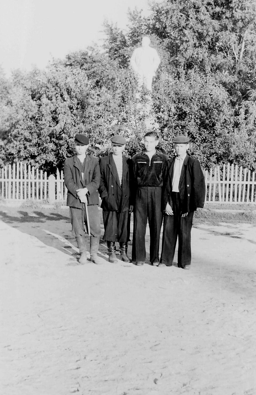 1953. Возле памятника В. И. Ленину