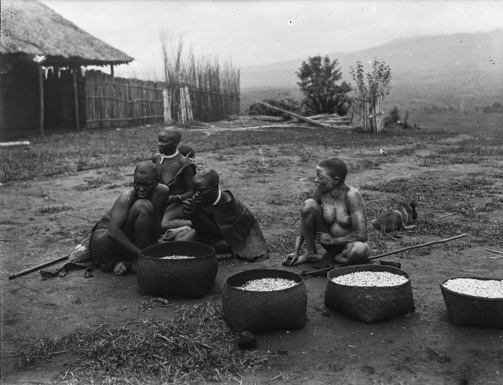 101. Группа коренных жителей деревни Текуя. Одна из женщин альбинос