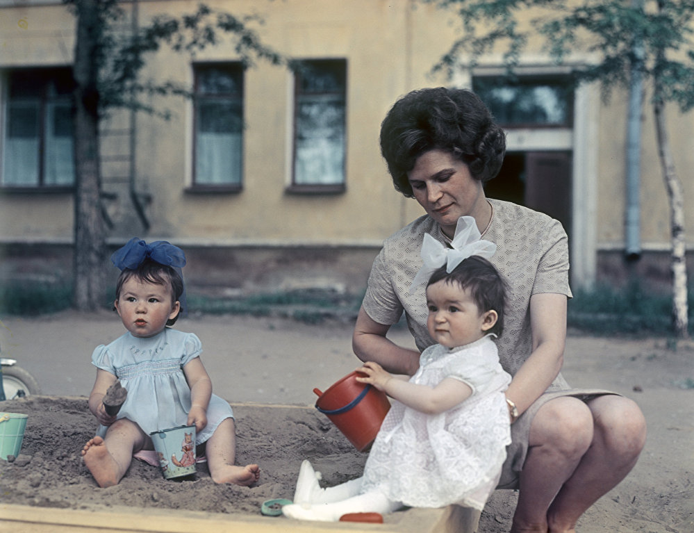 1965 Валентина Владимировна Терешкова с дочерью Аленой на детской площадке. А.Моклецов, РИА.jpg