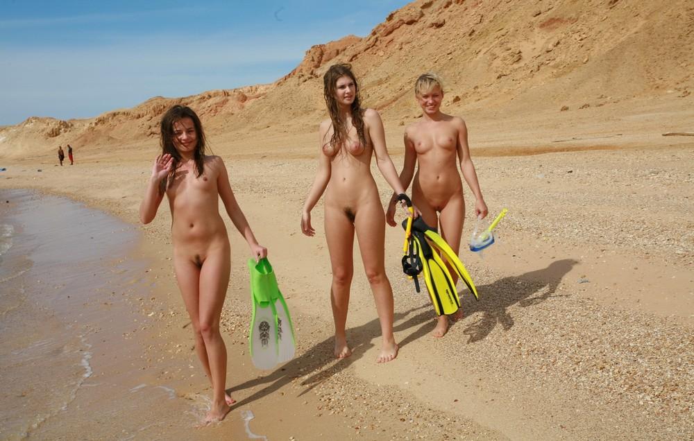 woman-nudist-family-camp-girls-and
