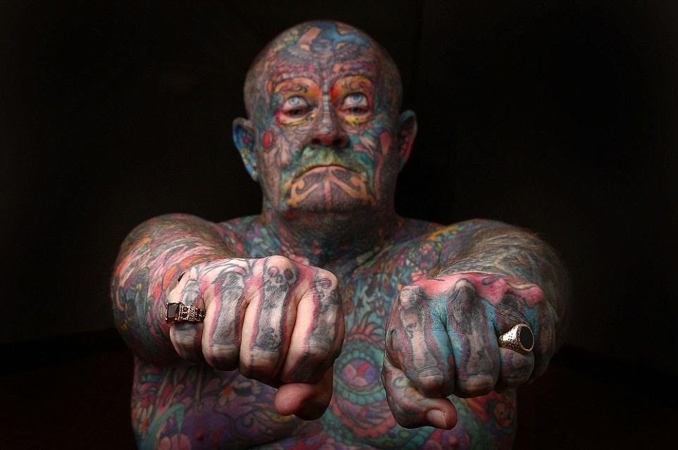 Старый бандюга забил татуировками все тело