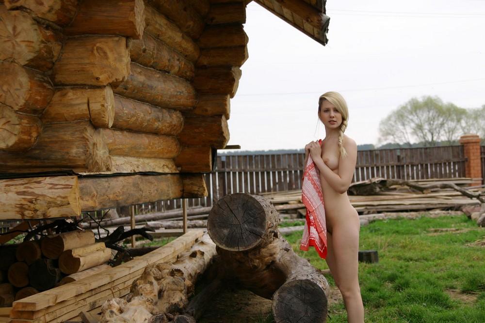 Голая Аня в деревне