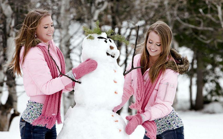 Новый год, снеговик и девушки, весело, прикольно