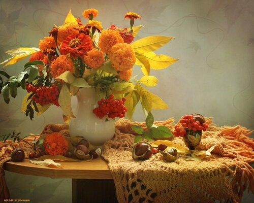 Осенний натюрморт - бархатцы с рябиной
