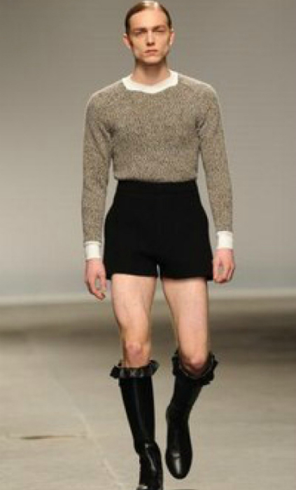 По сравнению с предыдущим образцом — почти мужская одежда.