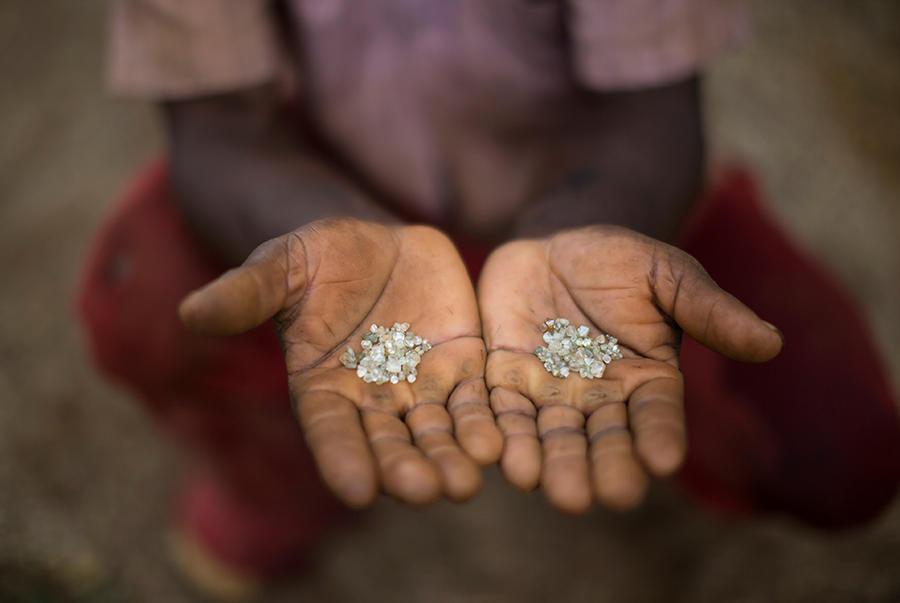 6. Еще несколько лет назад крупные горнодобывающие компании истощили эту землю, оставив ее в плачевн